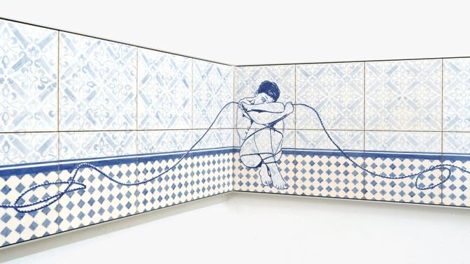 Dana Widawski · Geh doch [Just Go] · 2016 · wall object · underglaze painting